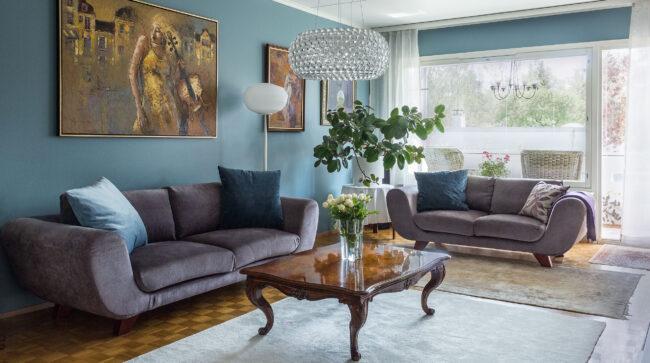 Sininen seinä olohuoneessa
